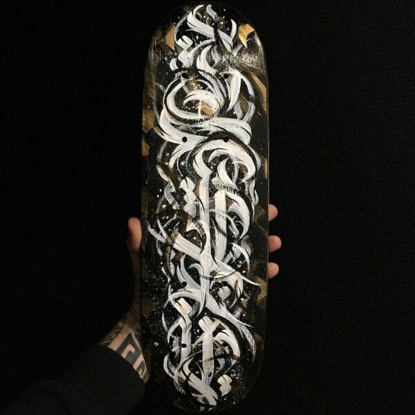 Skate customisé « Flip » – Calligraphie abstraite