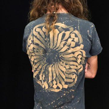 T-shirt calligraphie abstraite