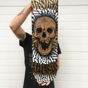 Skate customisé - Crâne doré et calligraphie abstraite