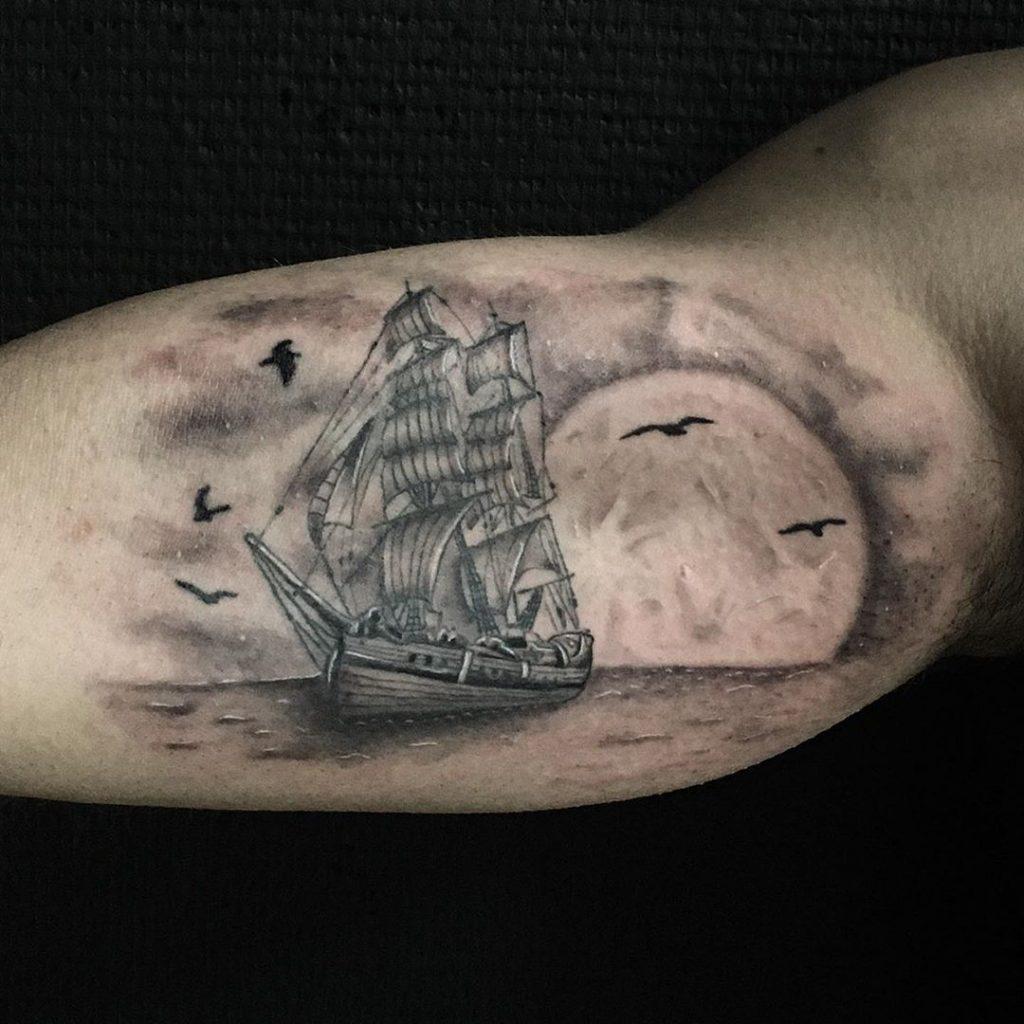 Tatouage bateau nocturne