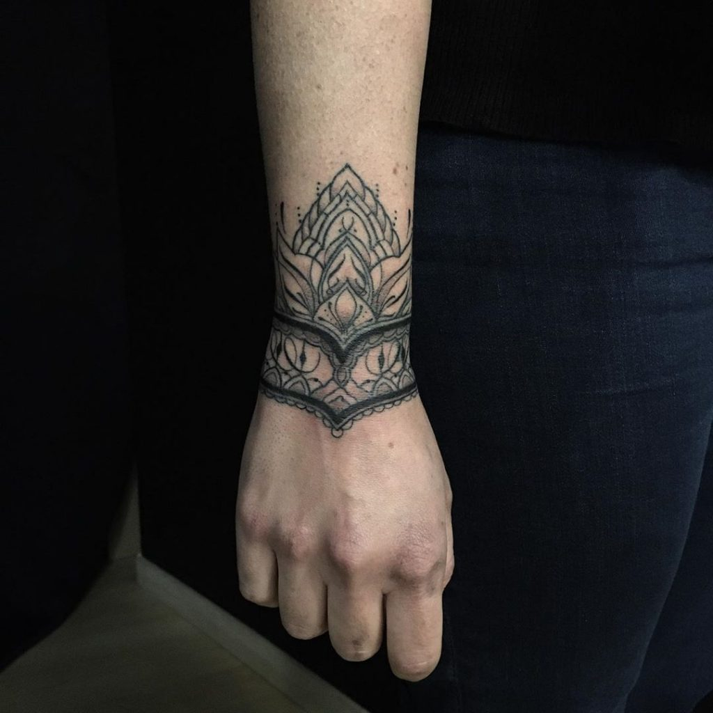 Tatouage bracelet ornemental mendhi au poignet