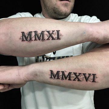 Tatouage Calligraphie romaine en trompe-l'œil « MMXI MMXVI »