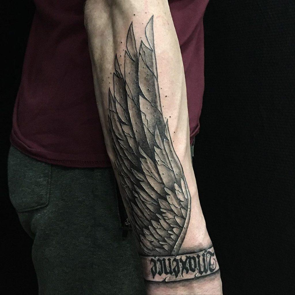 Tatouage Aile métallique & « Maxence » sur l'avant-bras