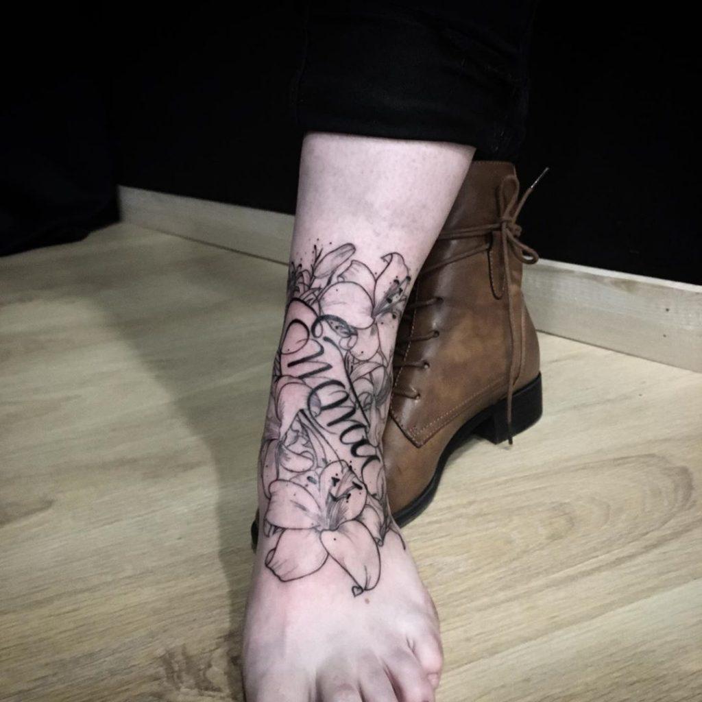 Tatouage Calligraphie « Emma » & fleurs sur la cheville