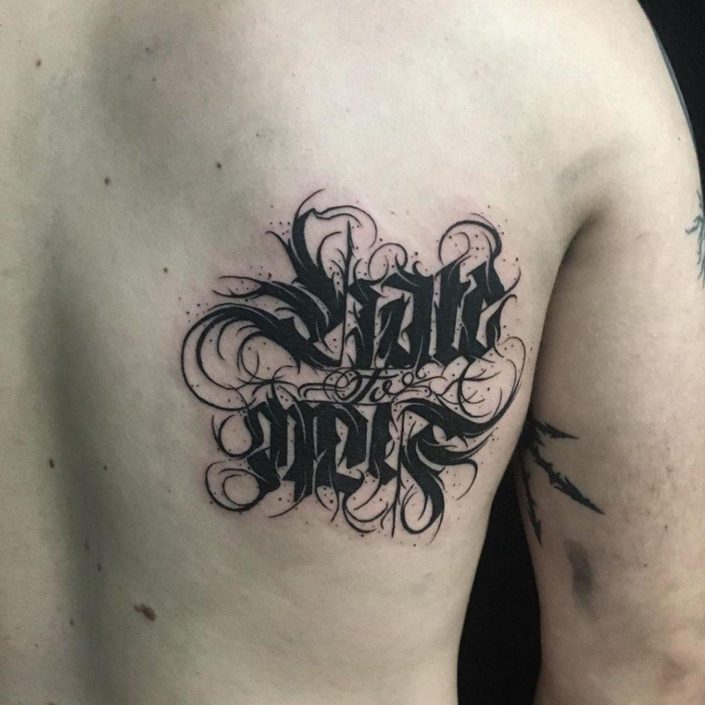 Tatouage Calligraphie « Hate to Hate »