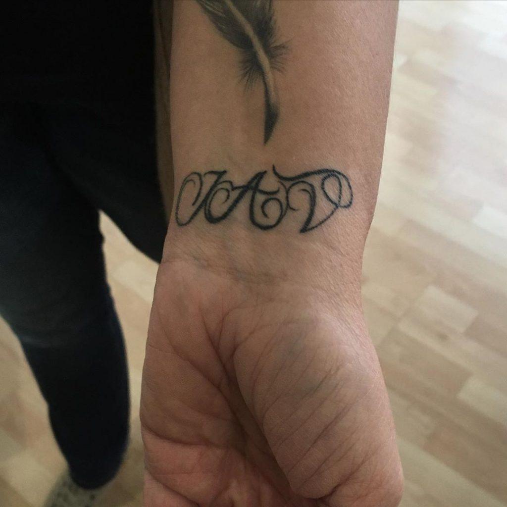 Tatouage Calligraphie initiales « J A V » sur le poignet