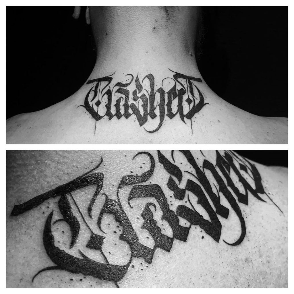 Tatouage calligraphie « TrasheR » dans le cou