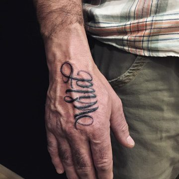 Tatouage Calligraphie « Wild » sur la main