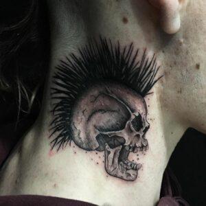 Tatouage crâne punk dans le cou !