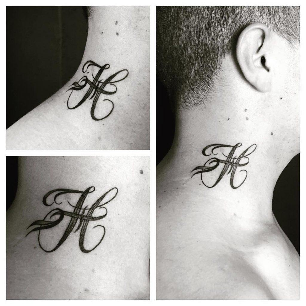 """Tatouage """"H"""" dans le cou"""