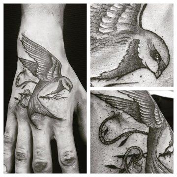 Tatouage hirondelle sur la main