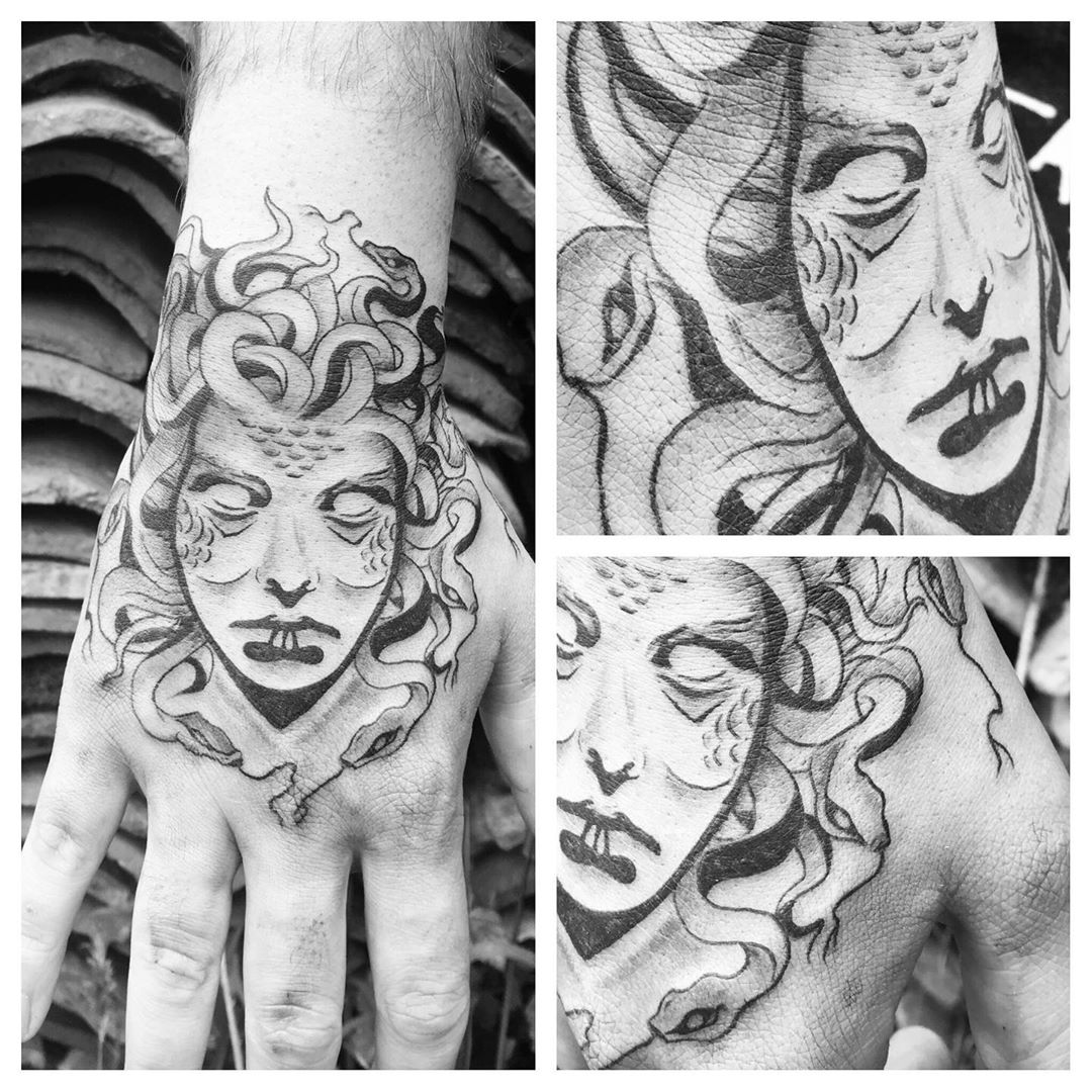 Tatouage Méduse sur la main