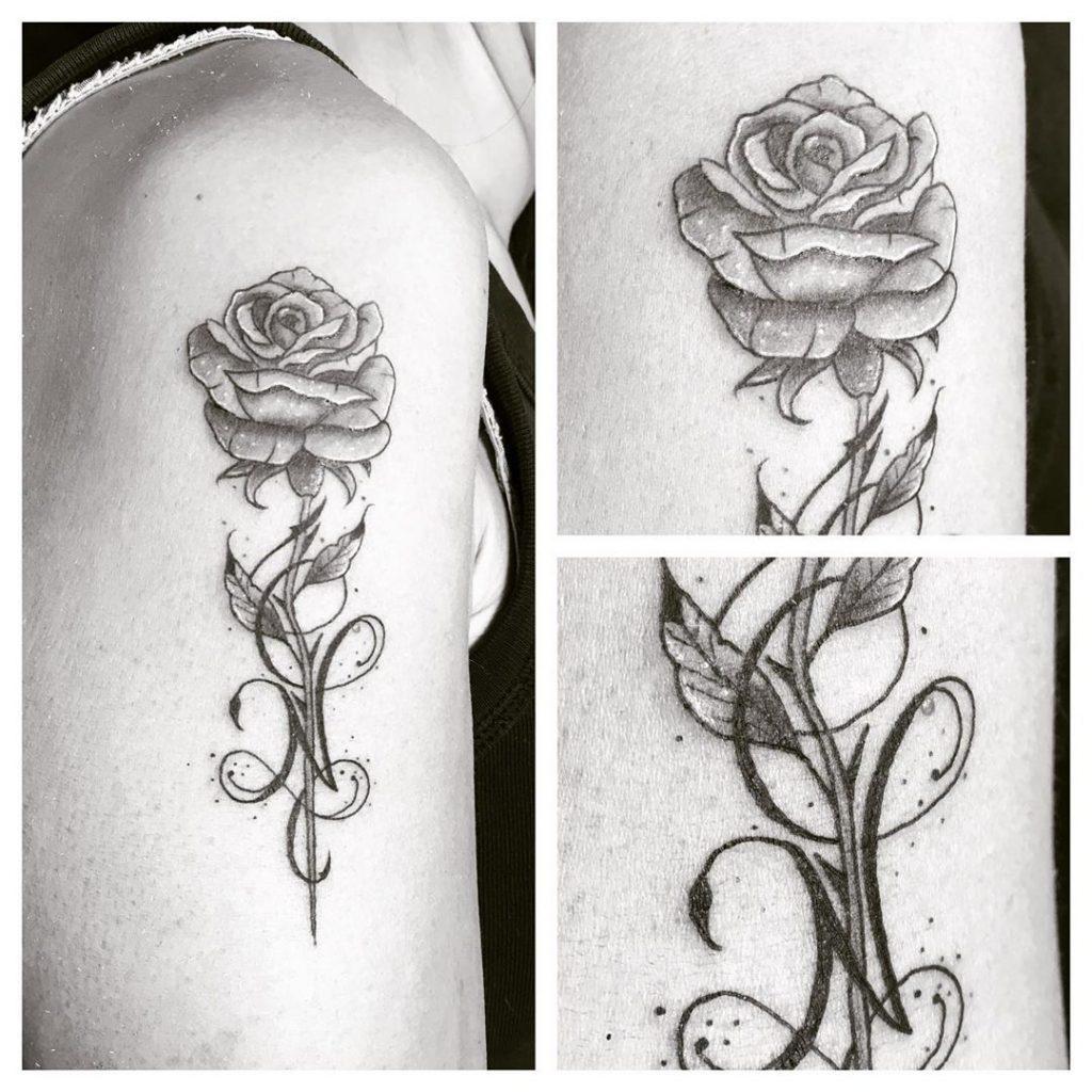 Tatouage rose & initiale sur le bras