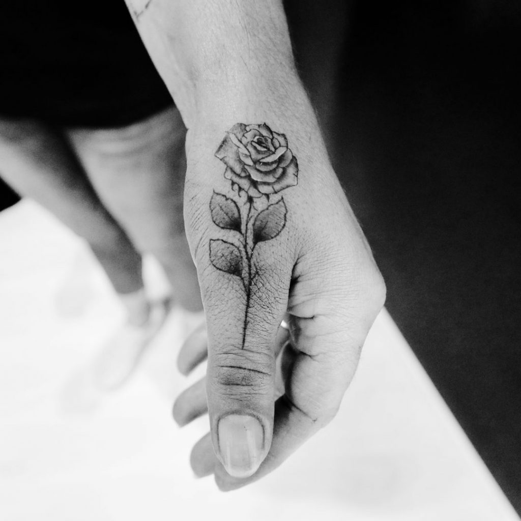 Tatouage rose sur le pouce