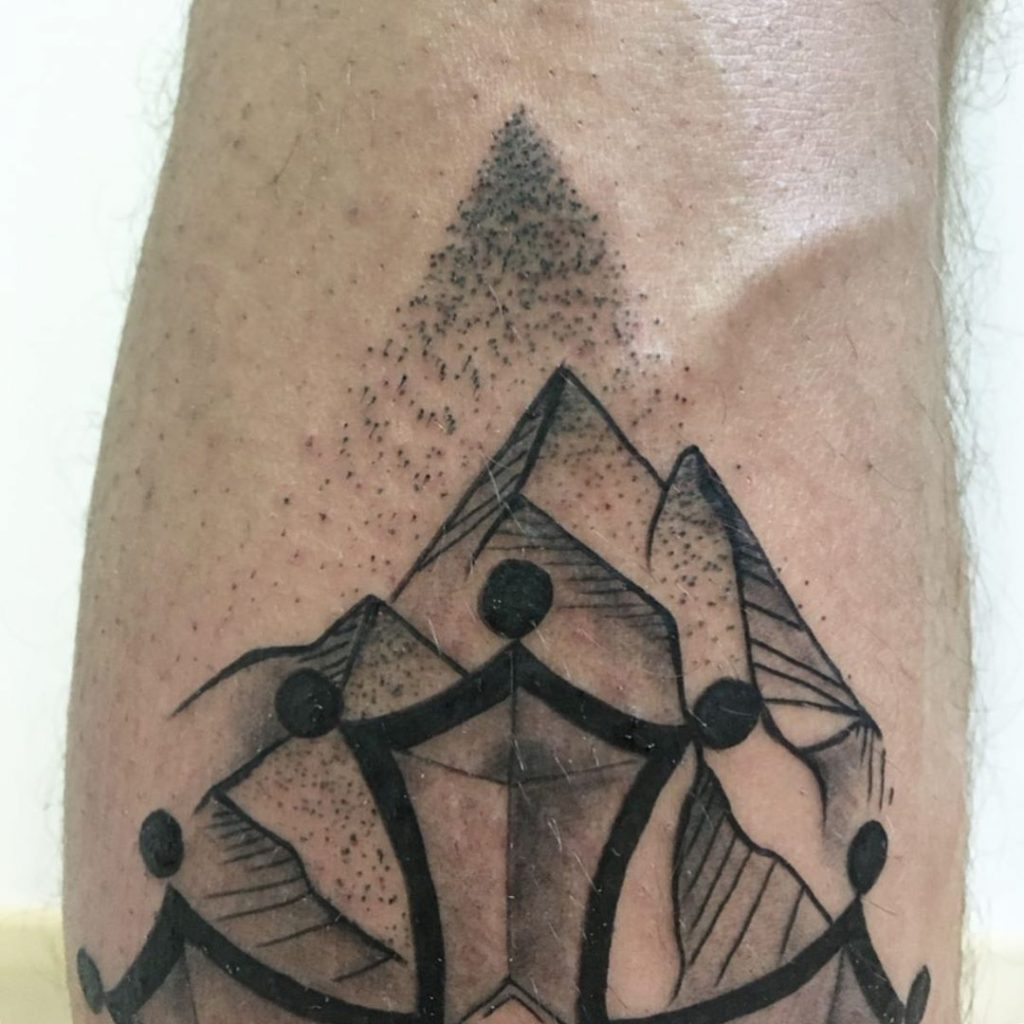 Tatouage croix occitane & montagnes sur le mollet