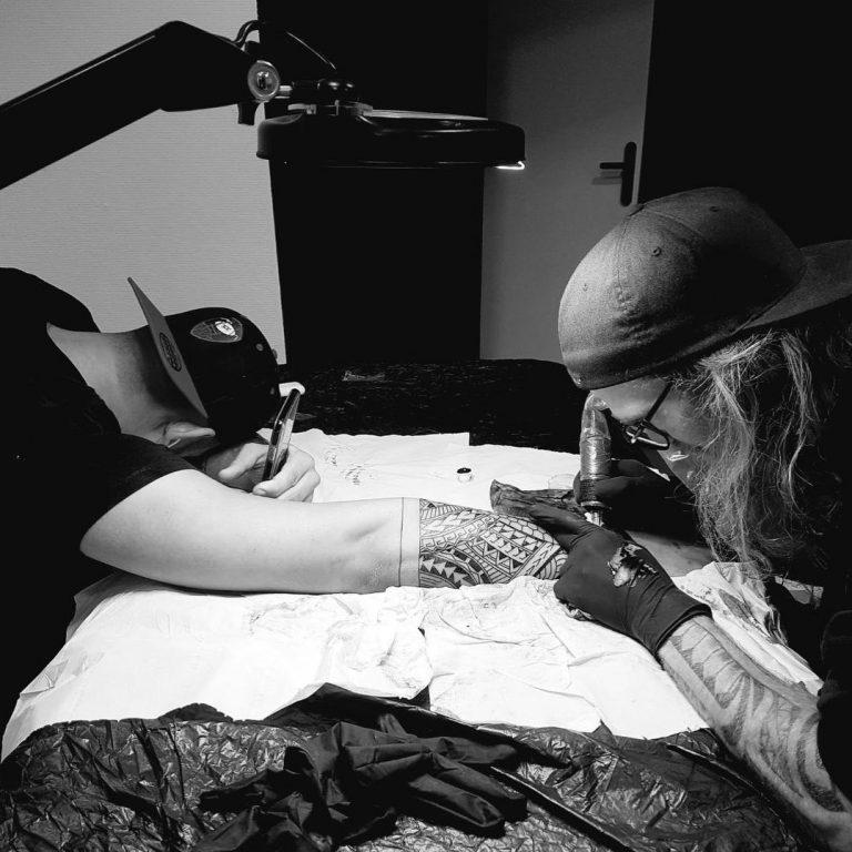 Alex, tatoueur chez Fond Noir Tattoo