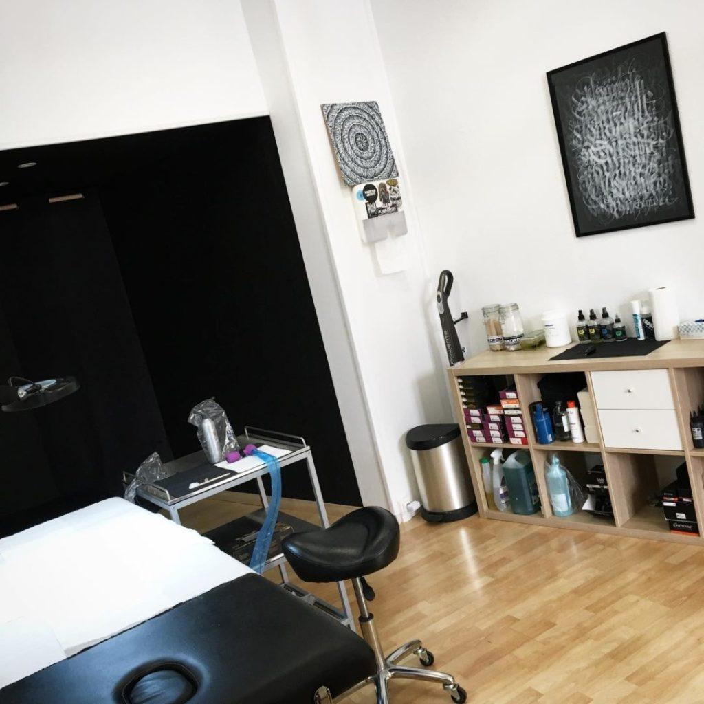 Intérieur du salon de tatouage Fond Noir Tattoo